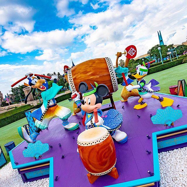 Summer's here!  Feel the beat!!ドンドンドン♪#disneynatsumatsuri #plaza #tokyodisneyland...的图像