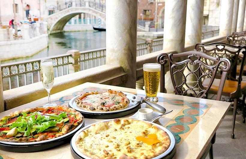 """ロマンティックな南ヨーロッパの港町、メディテレーニアンハーバー。""""芸術家の橋""""と名づけられたこの橋を渡った先にあるのは、画家の名前を冠したレストラン「リストランテ・ディ・カナ...のイメージ"""