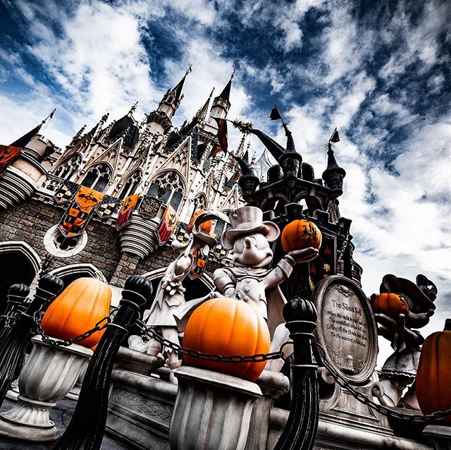 gambar Disney's Halloween has started!ゾクゾクするほど魅力的!#disneyshalloween #cinderellacastle...