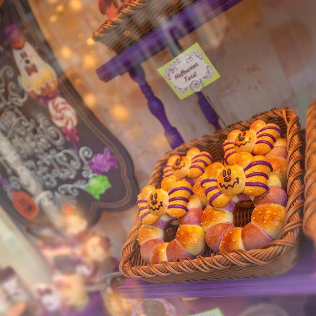 image of Smells good!?パンのいい香りが・・・??#disneyshalloween #disneyandco #worldbazaar #tokyodisneyland...