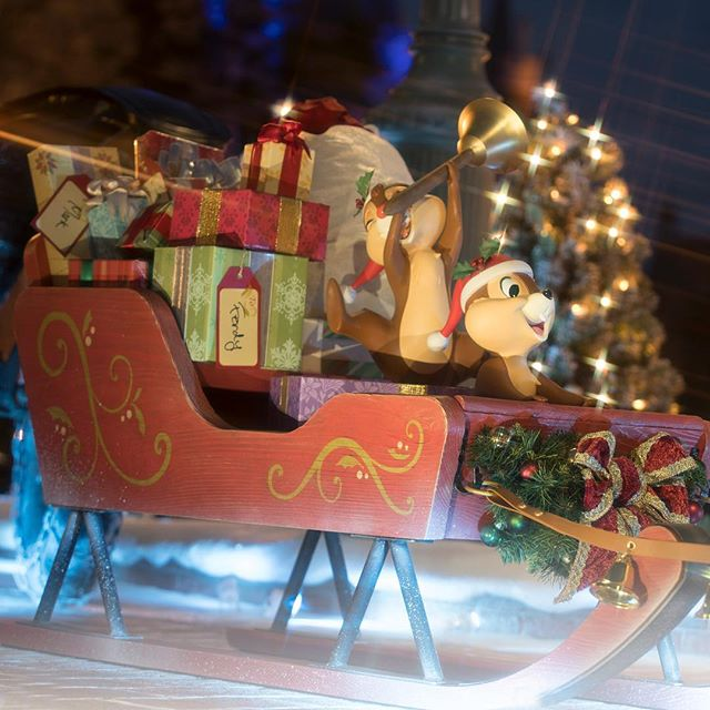 Present time!プレゼントいっぱーい!!#disneychristmas #tokyodisneyland #tokyodisneyresort...的图像
