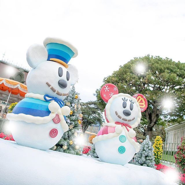 image of Holiday decorationsあれ?雪が降ってきた!?#disneychristmas #snosnow #crystalpalacerestaurant...