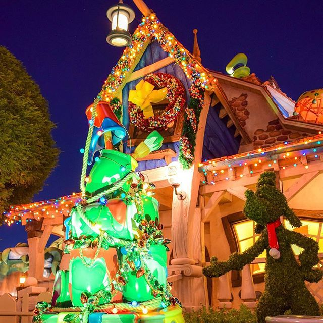 Goofy has decorated for the holiday season in his...のイメージ