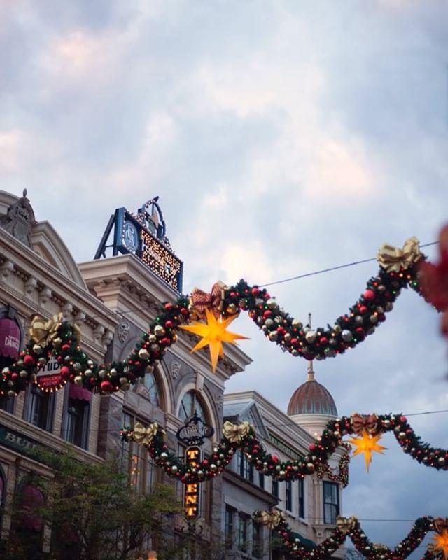 ภาพ How do you spend the magic hour?だんだん明かりがともってきたよ。#disneychristmas #tokyodisneysea...