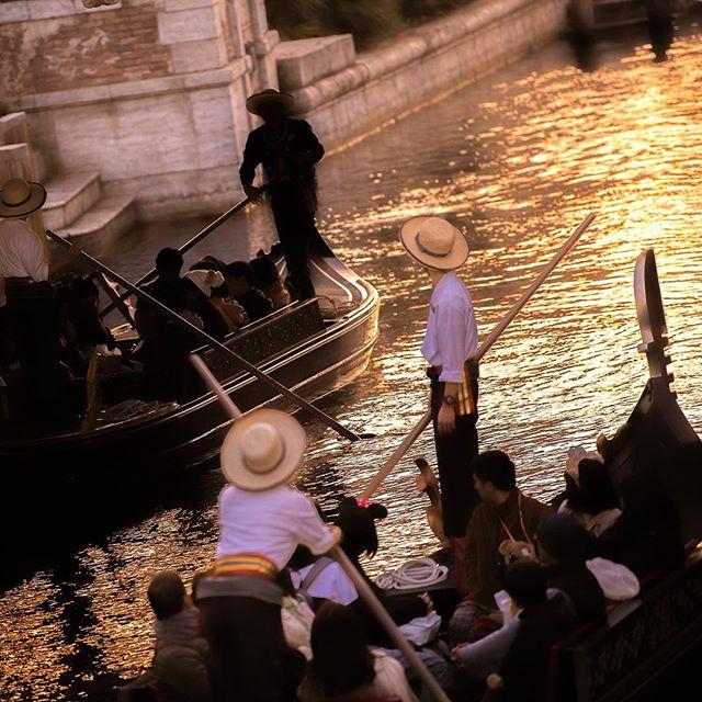 A journey of light and shadows.優雅でロマンティックな船旅を…#venetiangondolas #mediterraneanharbor...のイメージ
