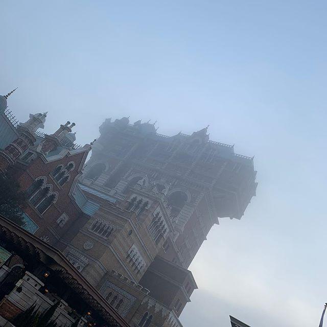 Fog rolling into Tokyo DisneySea…霧の中に見えたのは・・・#towerofterror #americanwaterfront...のイメージ