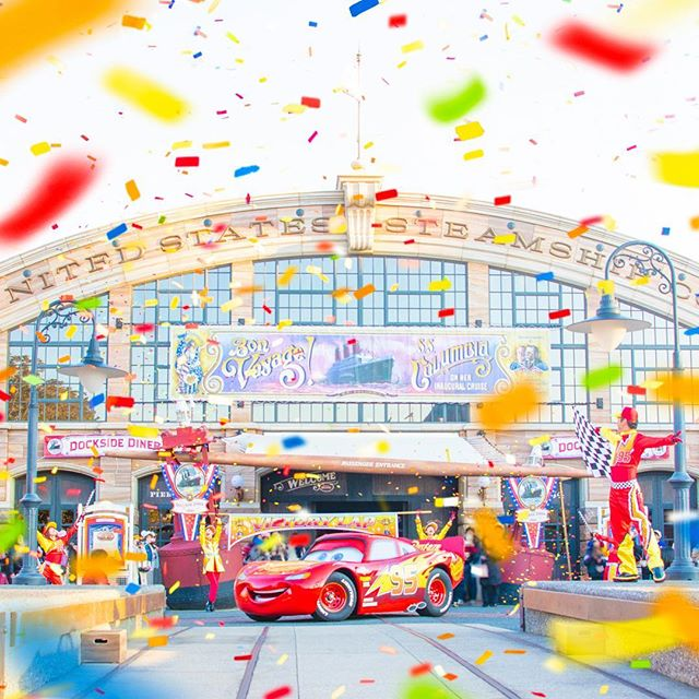 Here comes the world-famous racer, Lightning McQueen!天才レーサーここにあり!#pixarplaytime...のイメージ