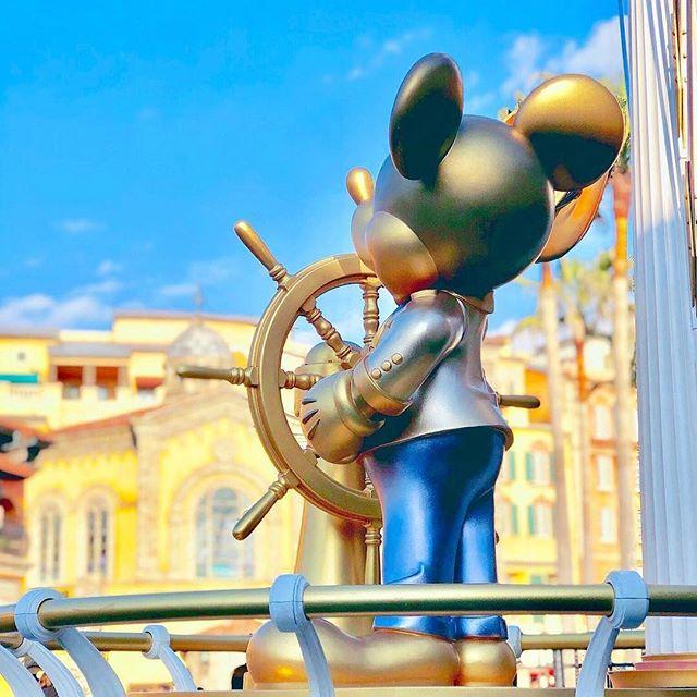 Watching the sky with Mickey.一緒に眺めていた空と時間(Photo:@odekake.disney1118)#happiestmickeyspot...のイメージ