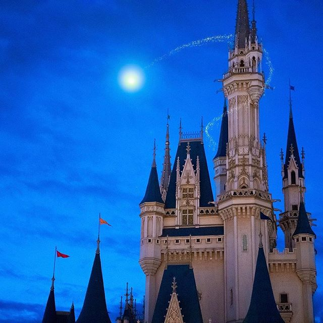 image of Do you want to fly over Cinderella Castle?あそこに飛んでいるのは・・・✨#cindrellacastle #fantasyland...