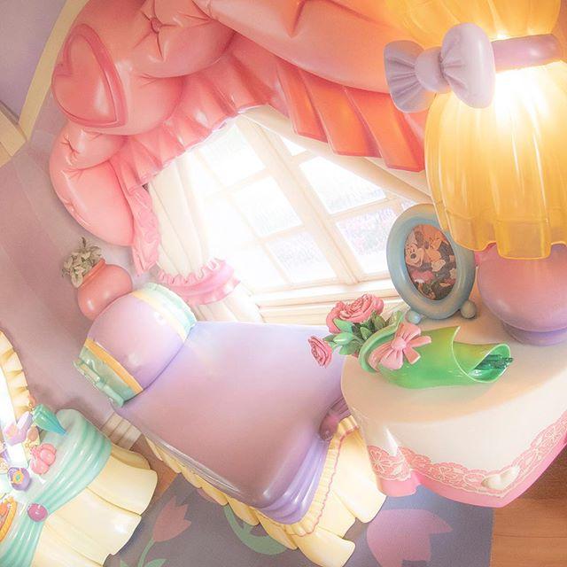 ภาพ Who's house is this? あったかい日差しに眠気が〜・・・#minnieshouse #toontown #tokyodisneyland...