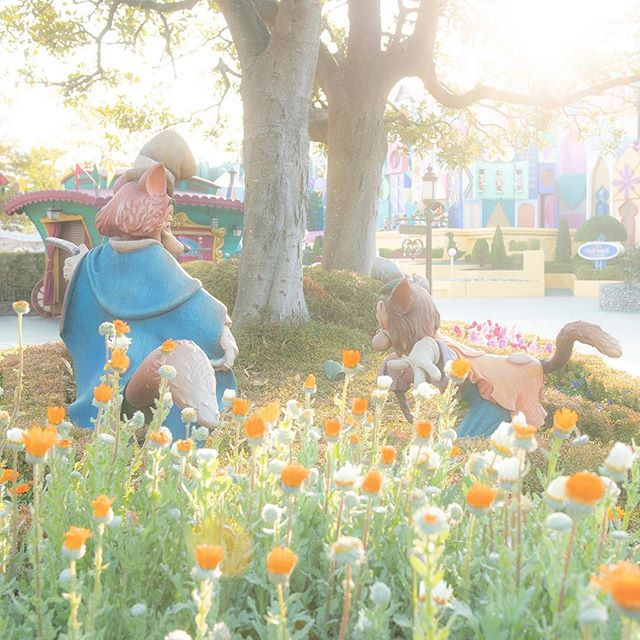 Are they looking for somebody?ふたりで何を見ているのかな?#itsasmallworld #fantasyland...的图像
