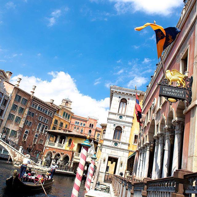 ภาพ Enjoy the beautiful scenery aboard a gondola.夏の船旅を☀️#venetiangondolas...