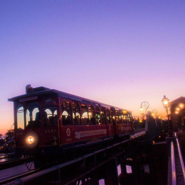 ภาพ One way to enjoy magic hour.幻想的な夕暮れの先へ・・・♪#disneyseaelectricrailway #americanwaterfront...