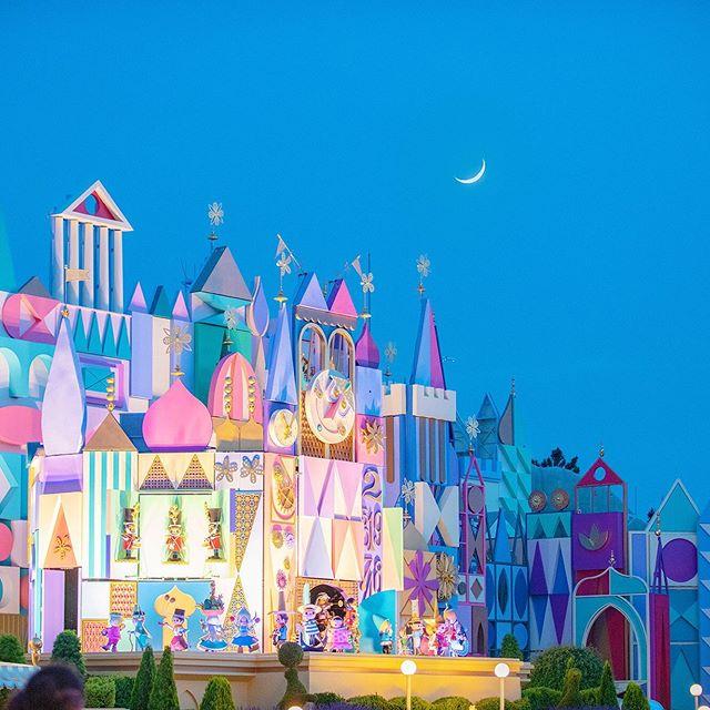 image of Dance under the moon.三日月の下でダンスしてるみたい♪#itsasmallworld #fantasyland #tokyodisneyland...