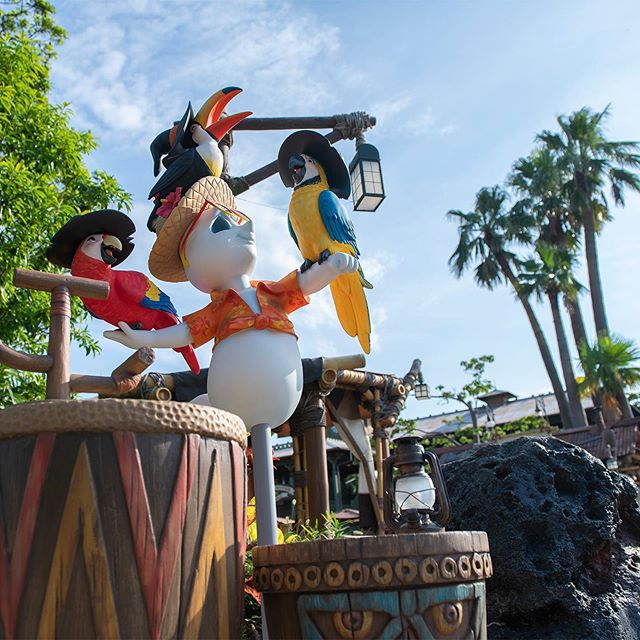 image of Have you seen unique and humorous ghosts?お友だちになったのかな?#disneyhalloween #adventureland...