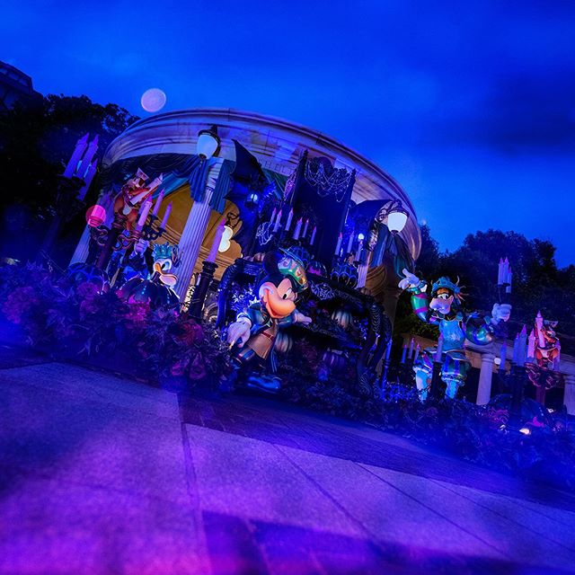 image of What's going to happen?なにが起こるか、分からない!#disneyhalloween #waterfrontpark...