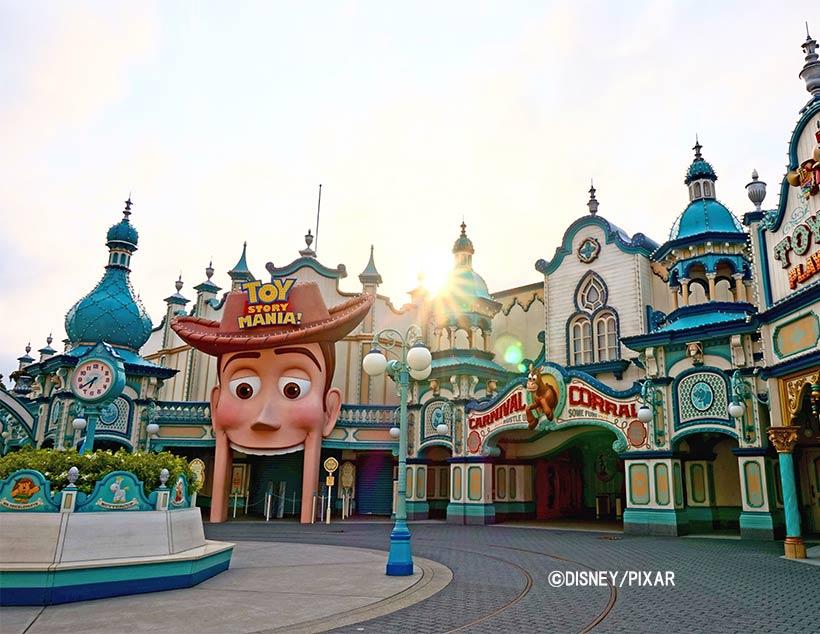 【さぁ、1日のスタート!】朝日に輝く「トイ・ストーリー・マニア!」。今日はなにから始めよう?みなさんにとって、すてきな1日となりますように。#DisneyMagicMomen...のイメージ