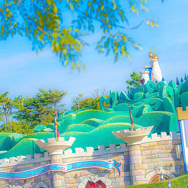 Who is living in the castle behind this big...のイメージ
