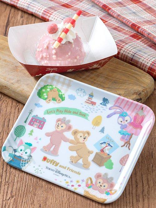 イチゴ味のサクサクなお麩チョコがトッピングされたドーム形のムースケーキ♪スーベニアプレートにはダッフィーたちがかくれんぼを楽しんでいる様子が描かれているんですよ!...のイメージ