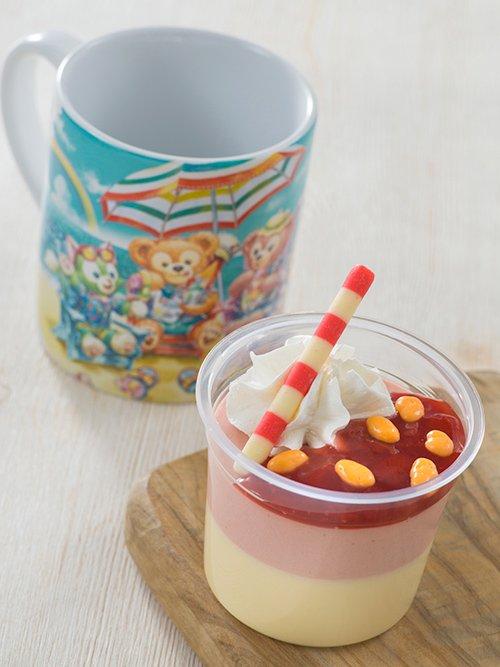 フルーツの香りも楽しめる2層のムースに、ストロベリーソースとチョコクリスピー、ホイップクリームなどをトッピング!夏をむじゃきに楽しむダッフィーたちがデザインされた、かわいいス...のイメージ