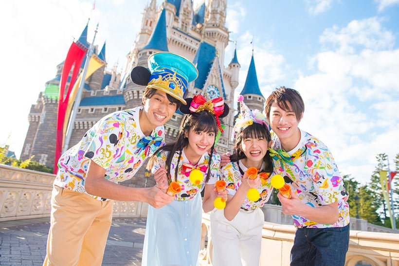リボンや紙吹雪をモチーフにした祝祭感あふれるデザインのグッズを身につけて、 #東京ディズニーリゾート35周年 を一緒に楽しもう!...のイメージ