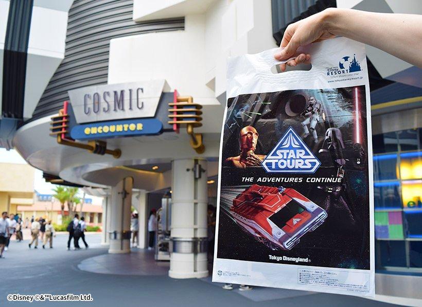 映画『ハン・ソロ/スター・ウォーズ・ストーリー』の公開を記念して、東京ディズニーランドのショップ「コズミック・エンカウンター」や「プラネットM」では明日からお土産用の袋が...のイメージ