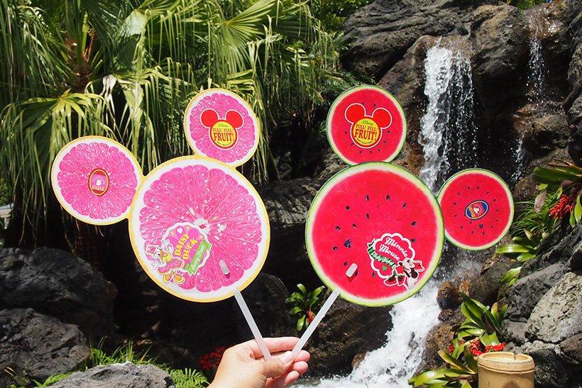 【暑い夏には、カラフルでフレッシュな風を感じて☆】爽やかなフルーツ柄の大きめなうちわで、夏を快適に過ごしましょう!ピンクグレープフルーツの裏はキウイ、スイカの裏はとパイナップ...のイメージ