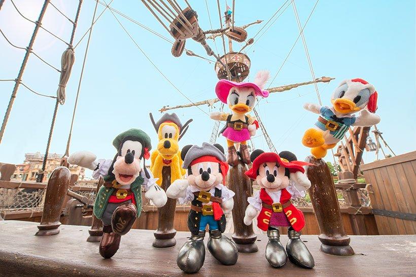 【ヨーホー!】クールな海賊コスチュームを身にまとったミッキーたちが、かっこよく決めポーズをしたぬいぐるみバッジ☆今年も東京ディズニーシーは、海賊たちのアツい夏になりそうな予感...のイメージ