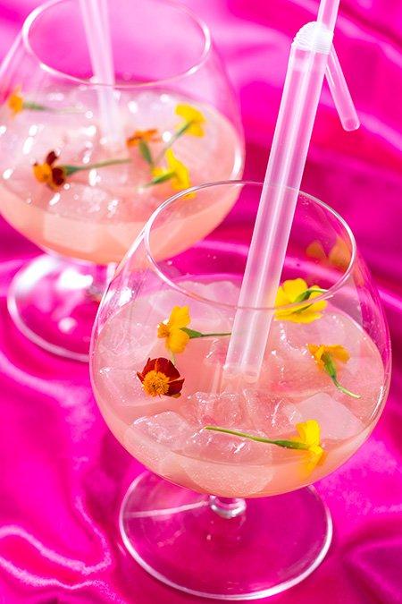 「テディ・ルーズヴェルト・ラウンジ」の季節のカクテルは、かわいらしいお花を浮かべたスパークリングカクテル。マンゴスチン(ライチのお酒)に、パイナップルやハイビスカスのシロップ...のイメージ