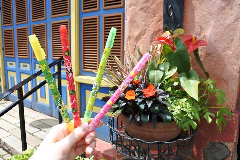 【夏らしいカラフルなペンセット】パイナップル、スイカ、キウイ、ピンクグレープフルーツの4種類の香りがそれぞれついたカラーペンセット。どれを使おうか迷ったときは、色だけでなく香...のイメージ