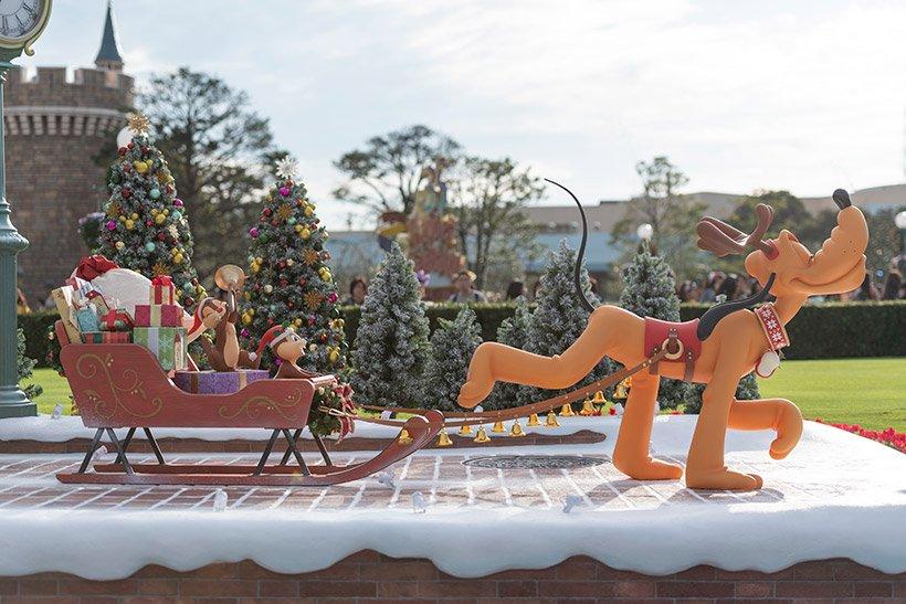 【パークを彩るクリスマスのデコレーション♪】東京ディズニーランドのシンデレラ城前にあるフォトロケーション。得意げにソリを引いているプルートがかわいいですね♡...のイメージ