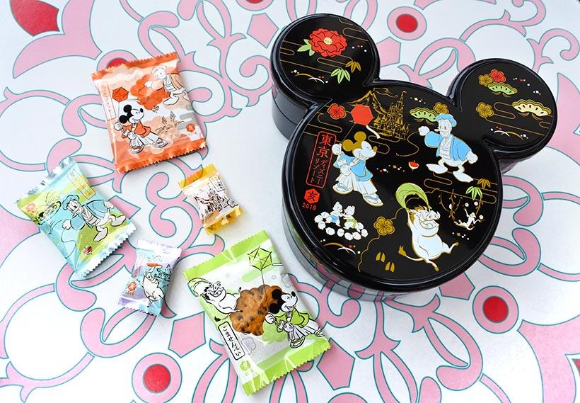 【帰省のおみやげや、新年のごあいさつに】ミッキーシェイプのお重のようなパッケージの「菓子詰め合わせ」はいかが?あずきキャラメルやごませんべいなど6種類のお菓子が入っていてワク...のイメージ