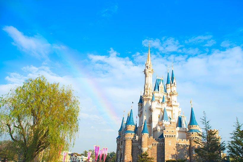 【ある日の一枚】昨日、雨上がりに虹がでましたシンデレラ城から続く虹の橋。まるでカラフルなリボンがシンデレラ城を包みこんで、35周年のフィナーレを祝福してくれているみたいですね...のイメージ