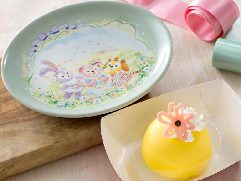 レモンの風味のムースケーキ。ドーム形のケーキの中には、ナッツのチョコレートムースが入っているんですよ。...のイメージ