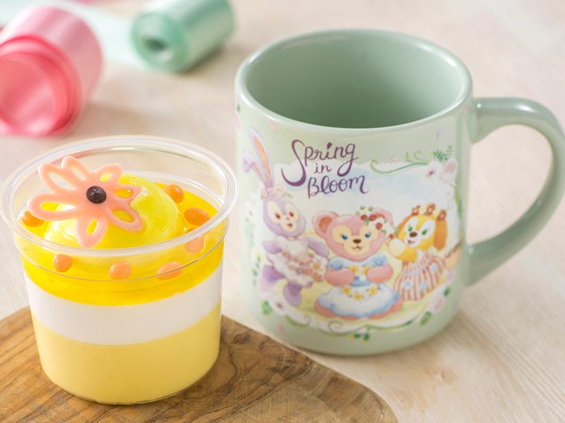 ヨーグルトムースとマンゴームースが2層になったカップデザート。トッピングには、ピンクのチョコレートのお花が♪...のイメージ
