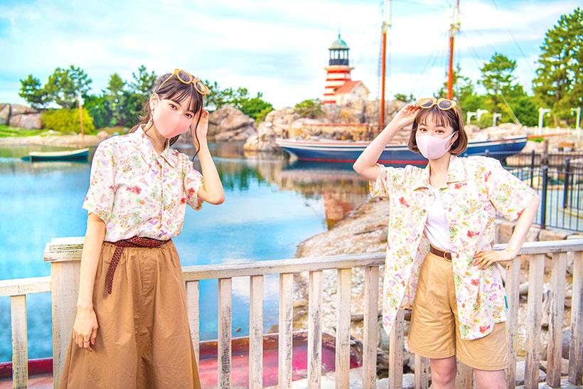 ダッフィーたちが夏を楽しんでいる様子がデザインされたアロハシャツ。 ダッフィーシェイプのファッション用グラスと合わせて、夏を楽しく過ごそう♪...のイメージ