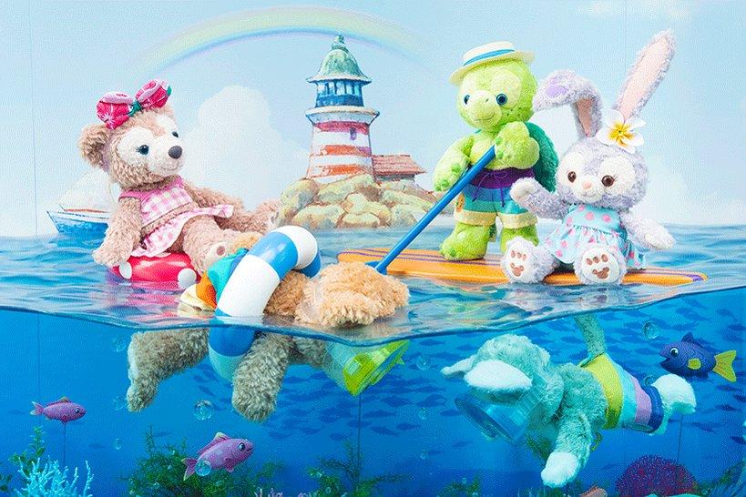 アメリカンウォーターフロントの「マクダックス・デパートメントストア」のショーウィンドウには、海で楽しそうに遊んでいるダッフィーたちの姿が♪...のイメージ