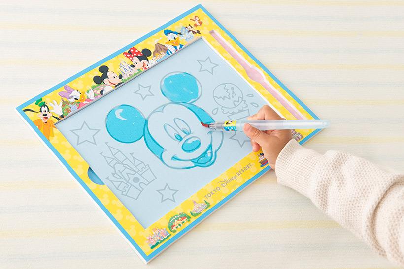 【水を使ったお絵かきセット!】 筆に水をつけて描くと・・・あら不思議、絵が描けちゃった! 水しか使わないので、手や机を汚さずにくりかえしお絵かきを楽しむことができます♪...のイメージ