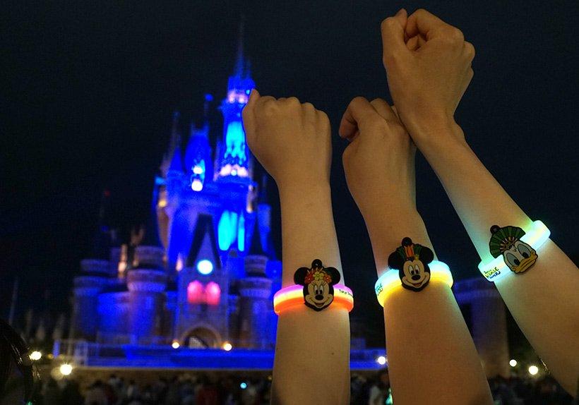 """【さらに熱く盛り上がろう!】東京ディズニーランドで開催中の夜のステージショー「オー!サマー・バンザイ!」を鑑賞するなら""""光るブレスレット""""を身につけよう♪日没に合わせてポキッ...のイメージ"""
