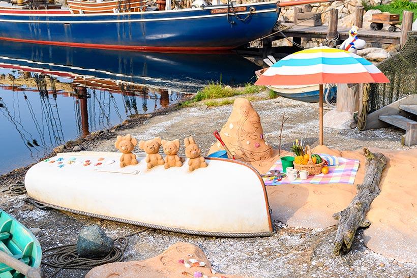 ケープコッドの砂浜には、ダッフィーたちが遊んだ様子が♪砂山のティッピーブルーはジェラトーニが描いたみたい! https://t.co/Y7EXCxDvtE...のイメージ