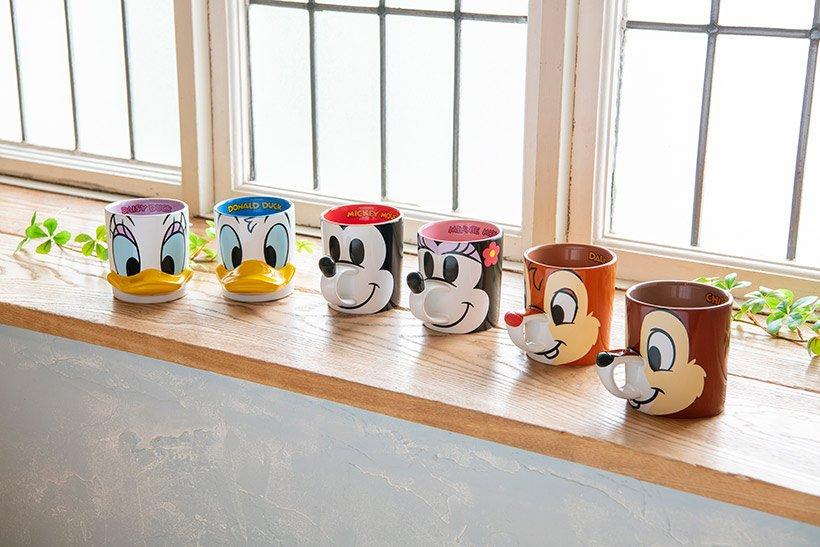 【持ち手に注目☆】マグカップがリニューアルして再登場!ディズニーの仲間たちの鼻やリボンがデザインされた持ち手がついています♪ブレイクタイムにぜひ使いたいですね♡>>...のイメージ