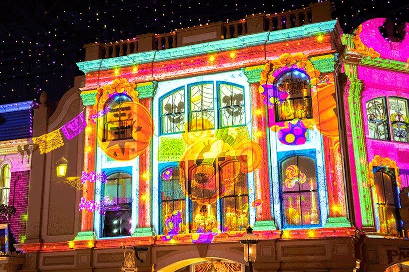\ゴーストとゾクゾク、わくわく気分を味わおう!/今年もワールドバザール内メインストリートでは、夜になるとハロウィーンをテーマにした音楽に乗せて映像が映し出されますよ♪みなさん...のイメージ