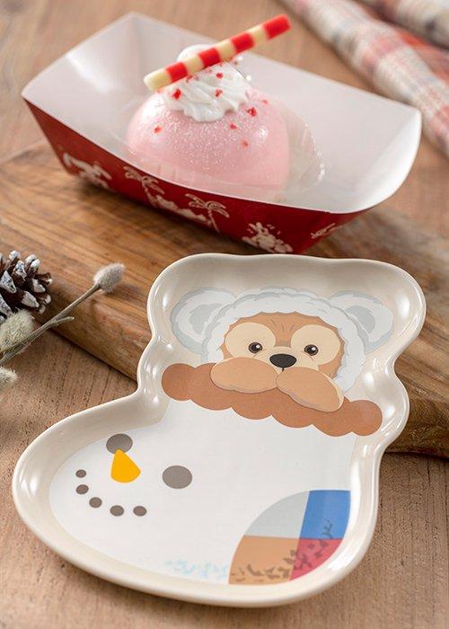 【ダッフィー&フレンズのウィンターホリデー】ストロベリーゼリーが入ったドーム形のムースケーキ。まろやかな甘さが優しい味わいです!顔をだしている姿がかわいいダッフィーのスーベニ...的图像
