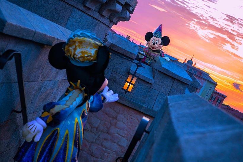 【妖しくも華やかなハロウィーン…】ある夜の東京ディズニーシー。ミッキーマウスとミニーマウスはロマンティックな夜を過ごしているようです。そこに忍び寄る妖しい影。ふたりは無事にハ...のイメージ