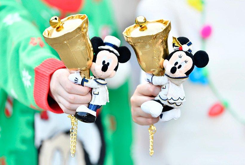 \リンリンリン♪とベルの音が!/ベルを持ったミッキーとミニーのぬいぐるみ。ミッキーとミニーはベルから取り外すこともできますよ!かばんにつけたり、ベルを手に持ってお友だちと写真...のイメージ