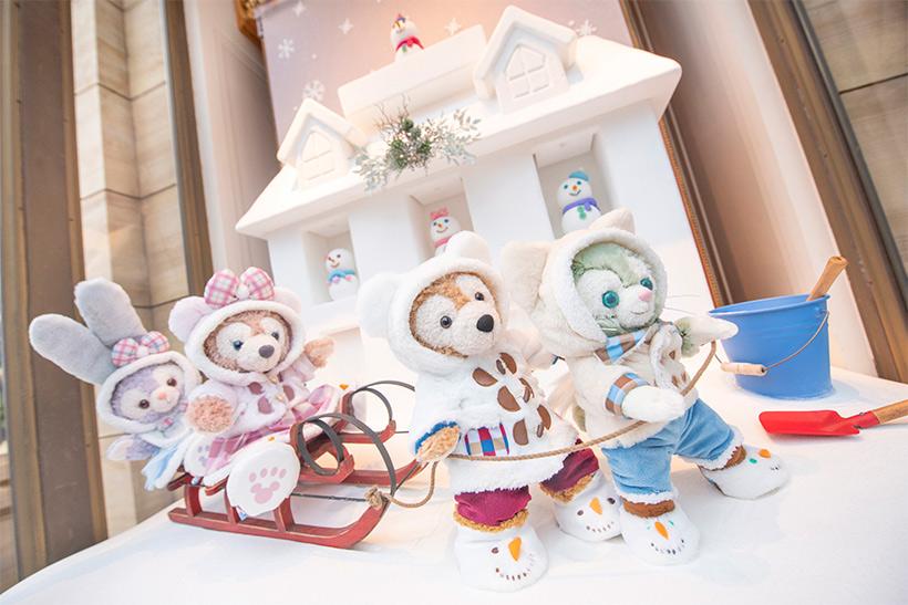 image of 【みんなで出発!】アメリカンウォーターフロントの「マクダックス・デパートメントストア」のショーウィンドウには、雪遊びをしているダッフィーたちの姿が♪とっても楽しそうですね。...