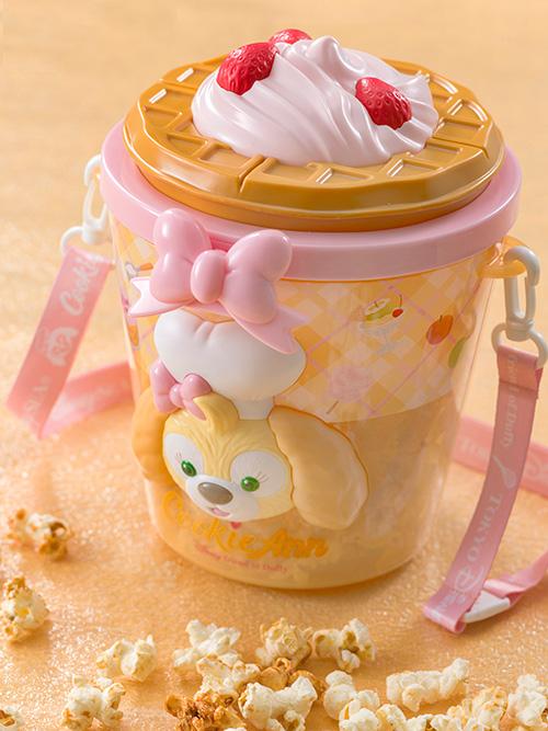 #クッキー・アン がデザインされたポップコーンバケット♪バケットのフタにはたっぷりのクリームとイチゴがのったおいしそうなワッフルが!...的圖像