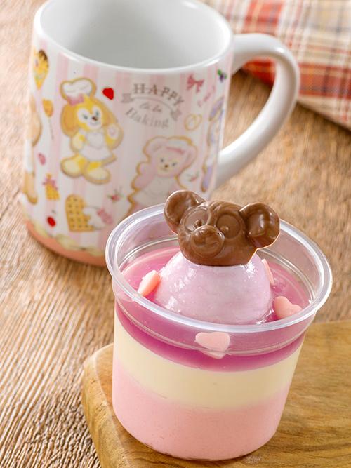 gambar バニラとピーチのムースが2層になったカップデザート。トッピングのミルクチョコのダッフィーがとってもかわいい♪ダッフィーたちがデザインされたスーベニアカップも付いています!...